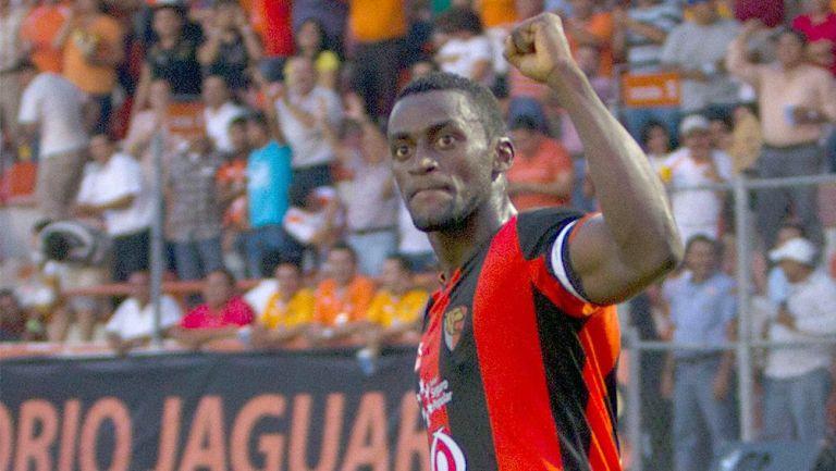 Jackson Martínez celebra un gol con los desaparecidos Jaguares