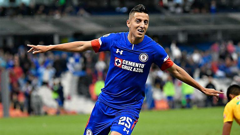 Alvarado celebra un gol con Cruz Azul en el Apertura 2018