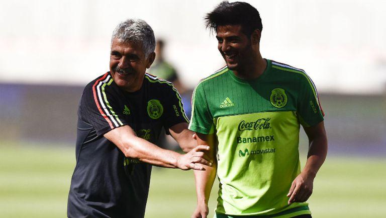 Ricardo Ferretti y Carlos Vela durante un entrenamiento con el Tri