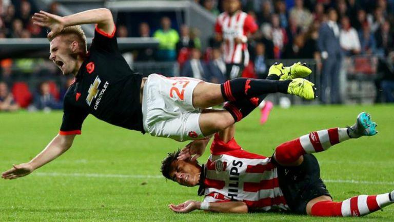 Luke Shaw sufre una entrada fuerte por parte de Héctor Moreno