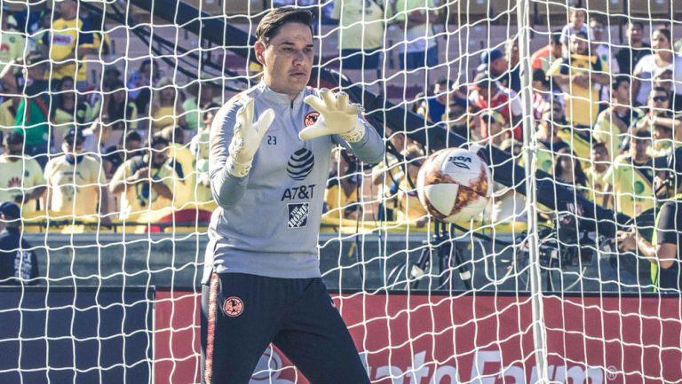 Moisés Muñoz calienta en el Memorial Coliseum