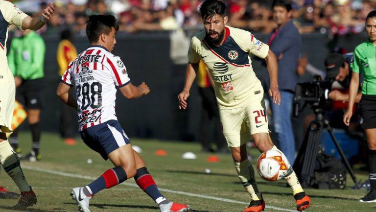 Peralta conduce el esférico en duelo frente a Chivas