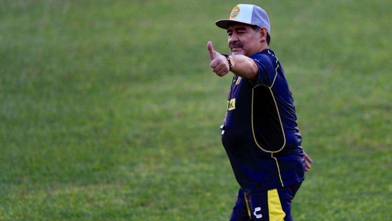 Maradona, saludando durante su primera práctica como DT de Dorados