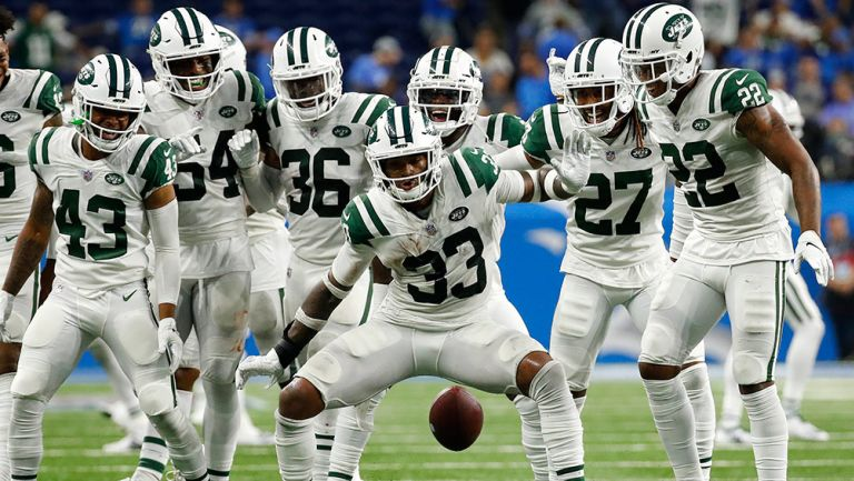 Jugadores de Jets celebran un TD ante Lions