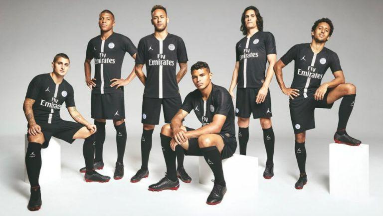 Jugadores del PSG lucen jersey con la marca Jordan