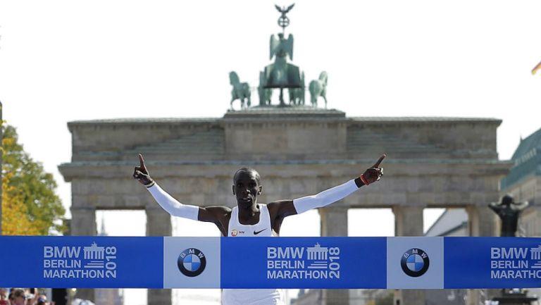 Eliud Kipchoge cruza la meta en Berlín