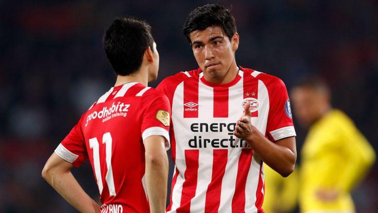Erick Gutiérrez diloga con Lozano en el encuentro del PSV