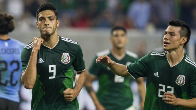 Jiménez festeja un gol de la Selección Mexicana