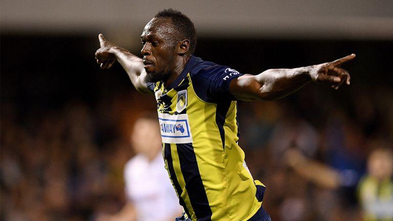 Usain Bolt celebra una anotación con el Central Coast Mariners