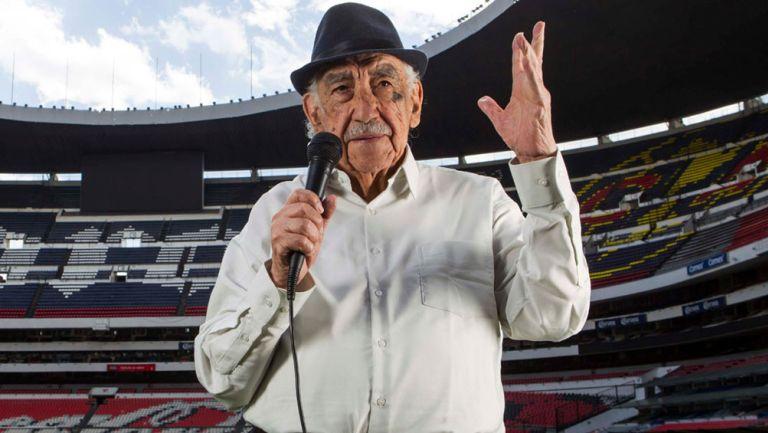 Don Melquiades Sánchez 'narra' en el Estadio Azteca