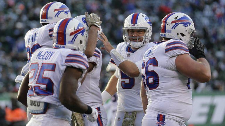 El mariscal de los Bills, Matt Barkley celebra anotación con el equipo