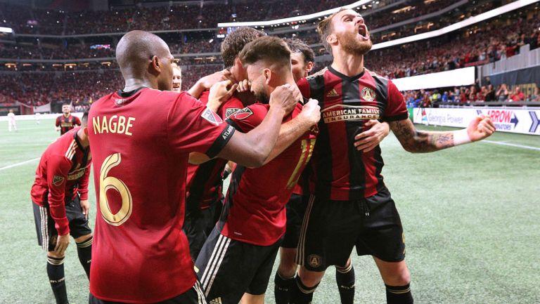 Jugadores de Atlanta celebran un gol