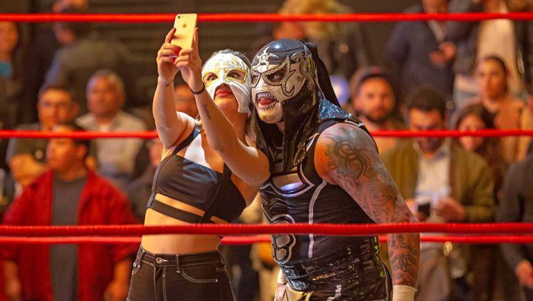 Pentagón Jr. se toma la clásica selfie con La Griega