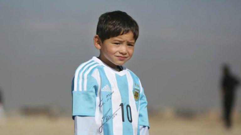 Murtaza Ahmadi luce la playera de Argentina
