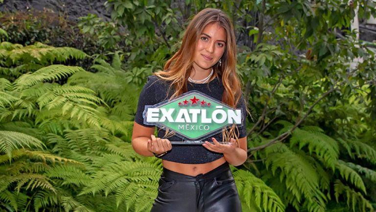 Ana Laura González posa con el reconocimiento de Exatlón