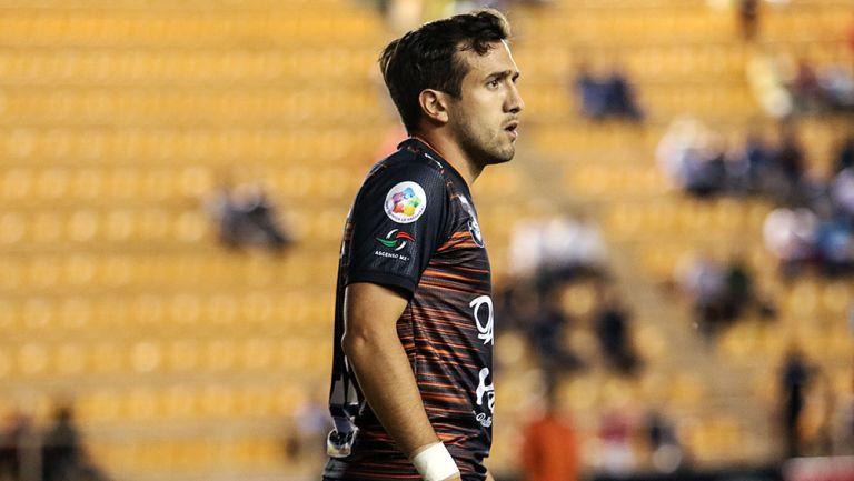 Jerónimo Amione disputa un partido con Alebrijes en el A2018