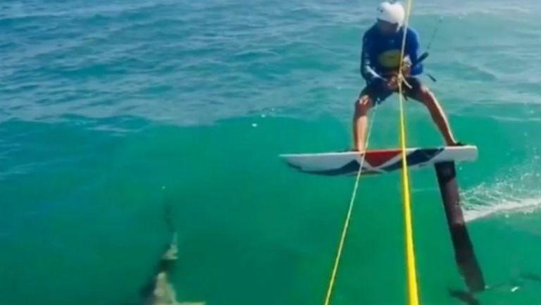 Soto practica en mar abierto y está cerca de chocar con un Tiburón