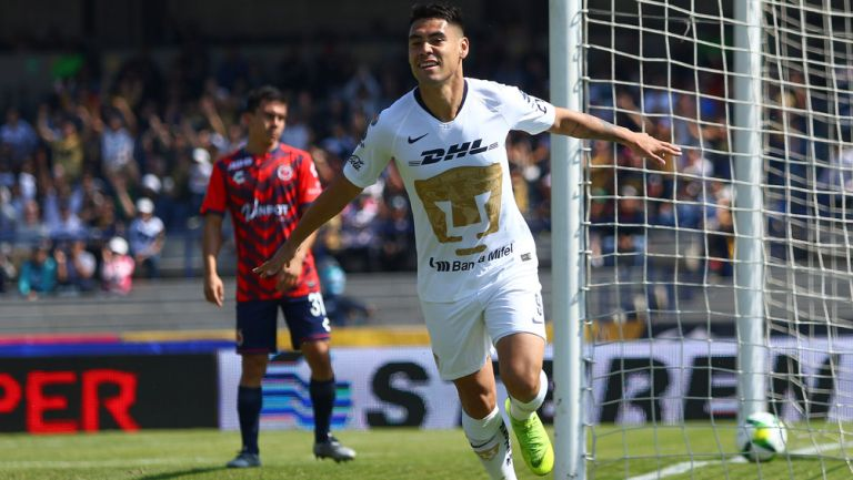 Felipe Mora celebra un gol con Pumas antes de ser anulado
