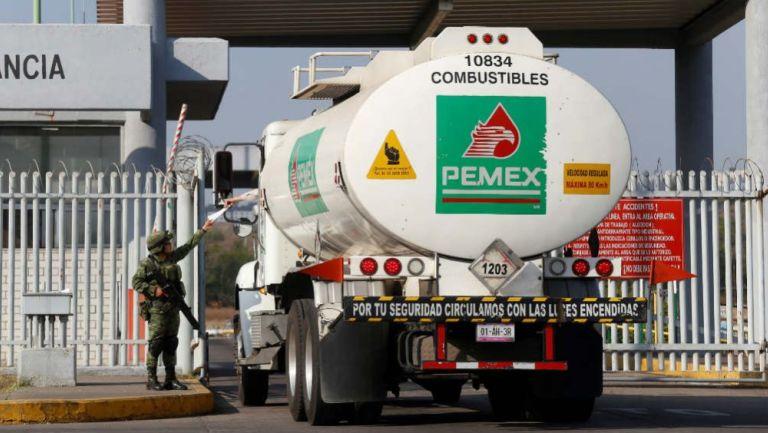 Una pipa de combustible de PEMEX