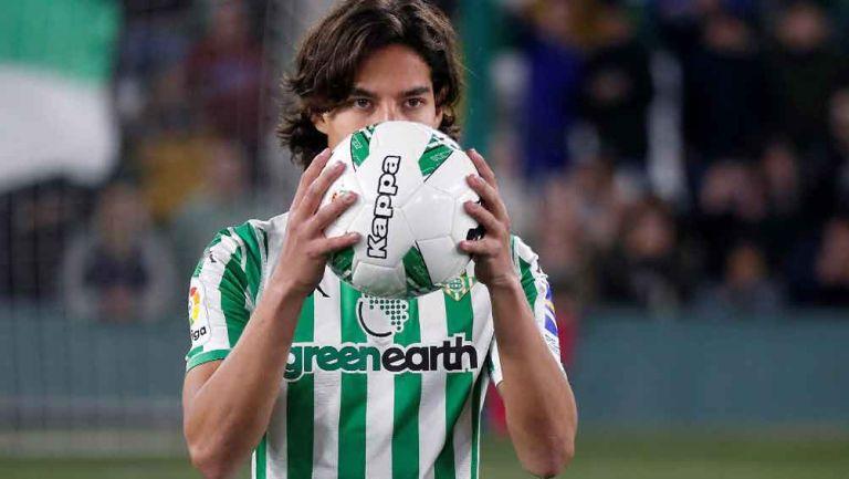 Lainez besa un balón durante su presentación con el Betis