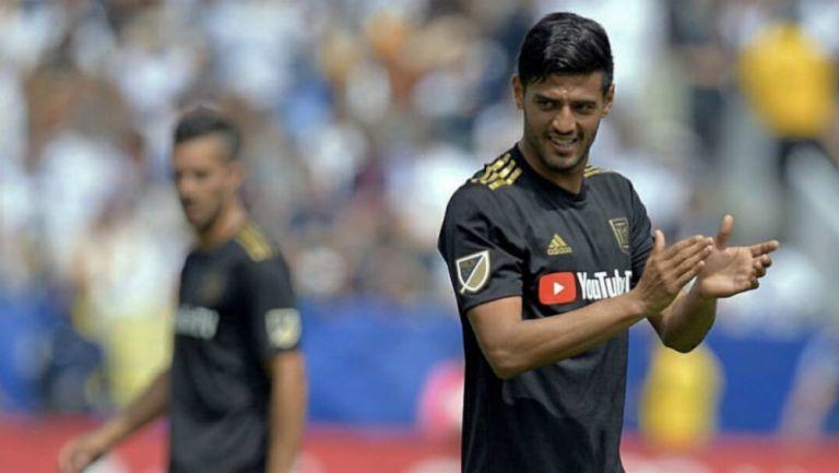 Vela aplaude a la afición durante partido del LAFC