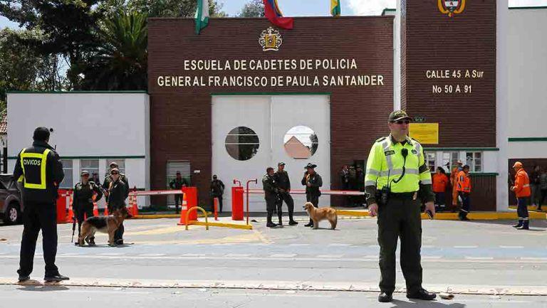 Policías afuera del lugar donde explotó el auto