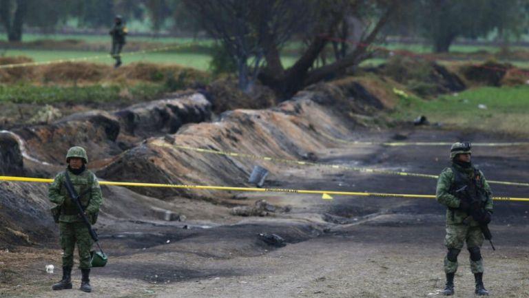 Soldados vigilan el sitio de la explosión