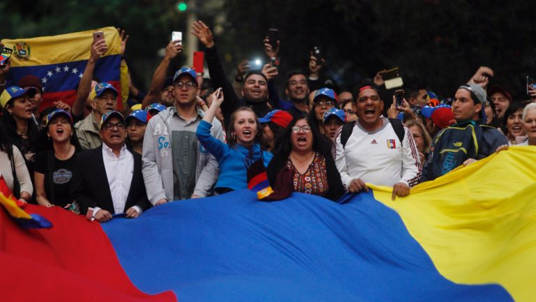 Venezolanos se reúnen frente a la Embajada su país en la CDMX