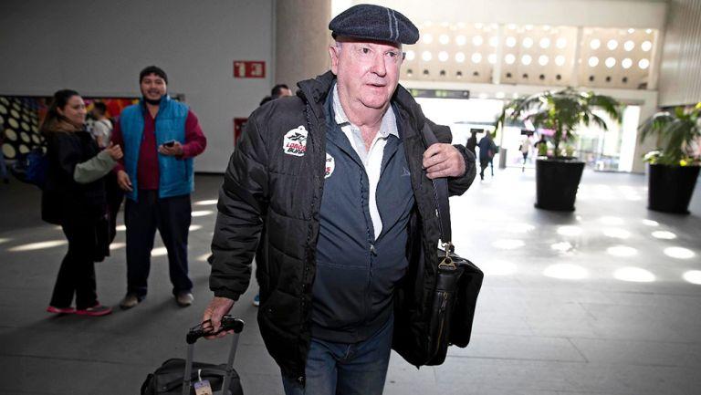 Manuel Lapuente en el Aeropuerto Internacional de la CDMX