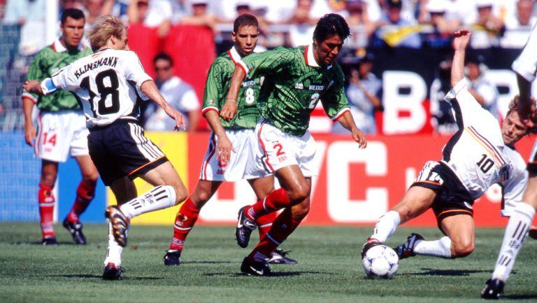 Suárez conduce el balón en el duelo contra Alemania en el Mundial de Francia 1998