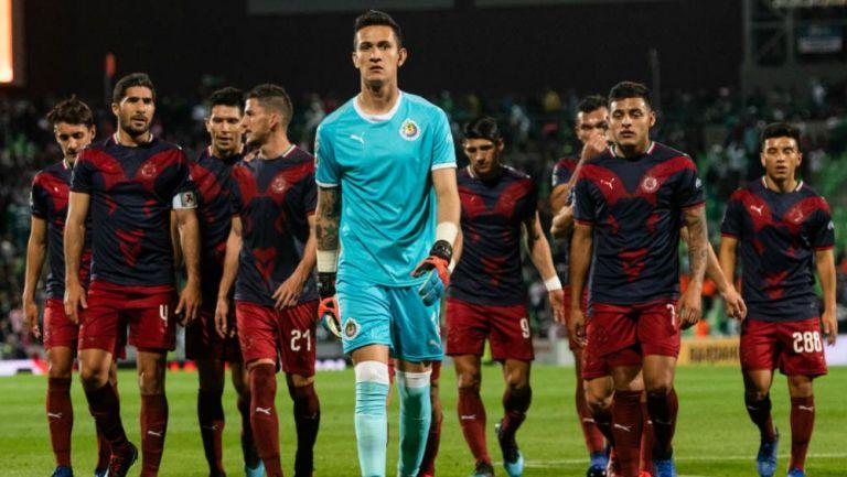 Jugadores de las Chivas tras la derrota ante Santos