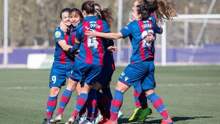 Charlyn Corral festejando su gol con sus compañeras