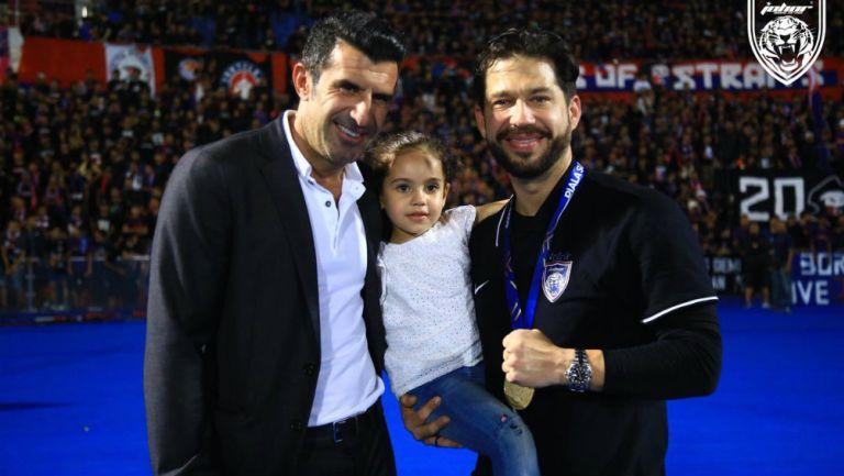 Benjamín Mora acompañado de Luis Figo tras consagrarse Campeón
