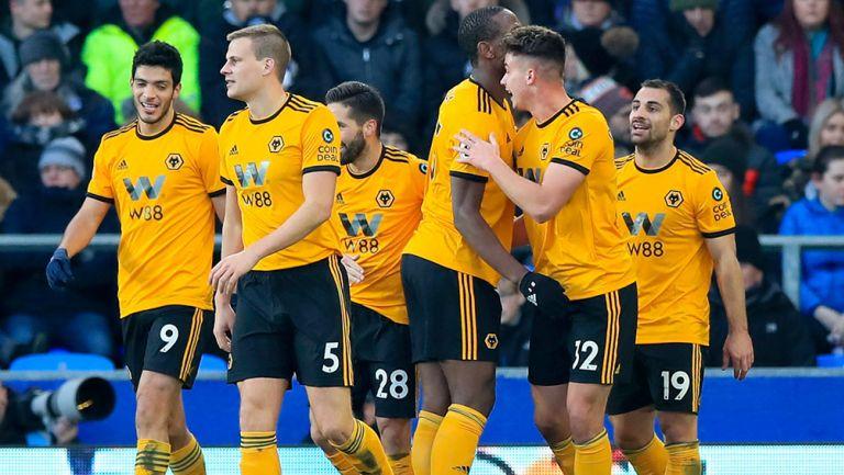 Raúl Jiménez y sus compañeros celebran gol del Wolverhampton