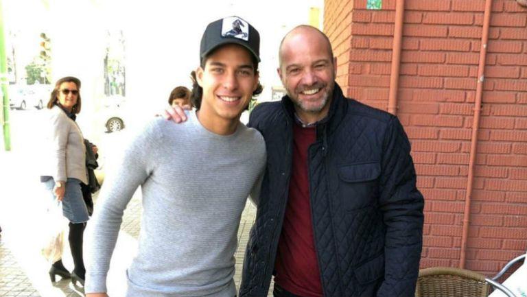 Luis García se toma una foto con Diego Lainez