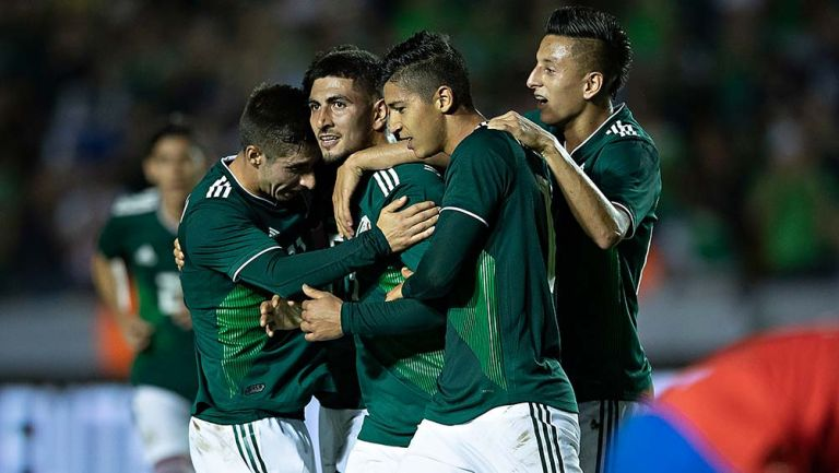 Jugadores del Tri celebran gol de Víctor Guzmán