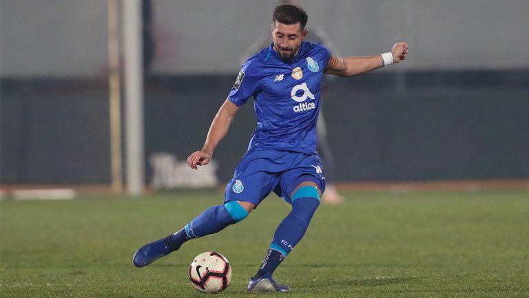 Héctor Herrera, en un duelo con el Porto