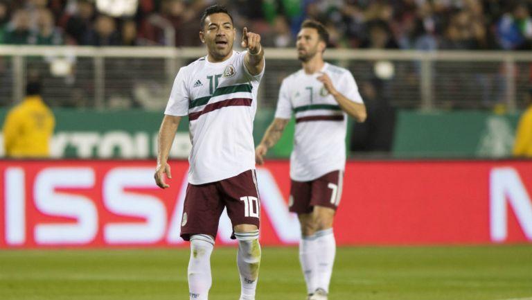 Marco Fabián da indicaciones durante un juego de la Selección Nacional