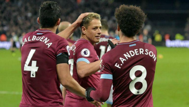 Chicharito y sus compañeros festejan un gol con los Hammers