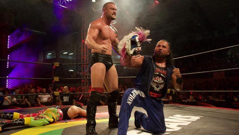 Killer Kross y Rey Escorpión posan con la máscara de Psycho Clown