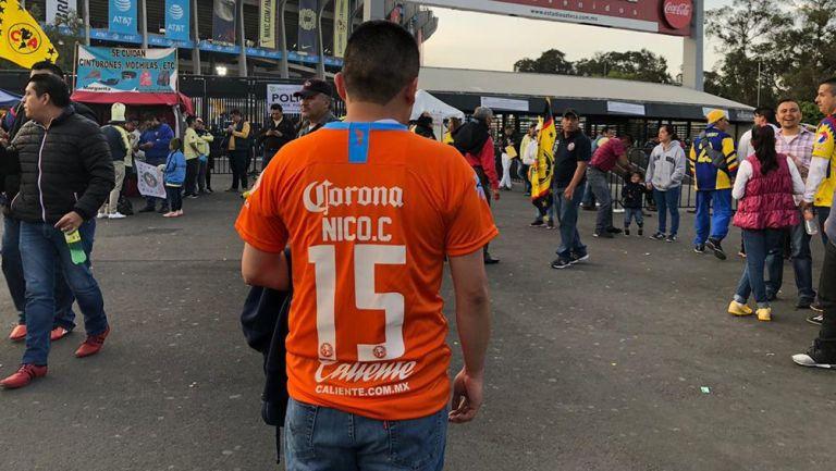 Un aficionado de América muestra la playera de Nico Castillo