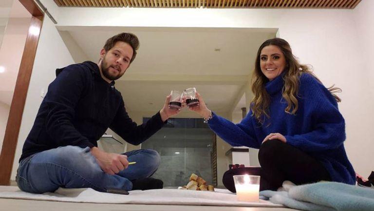 Pollo Ortíz junto a su pareja en su nueva casa