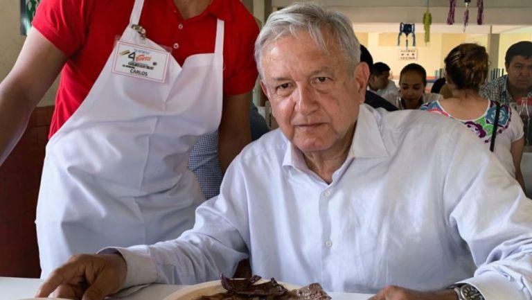 Andrés Manuel comiendo en una fonda en Guerrero