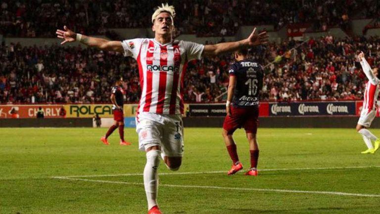 Brian Fernández festeja gol contra Chivas