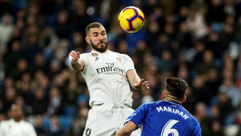 Benzema baja un balón en el juego frente al Alavés