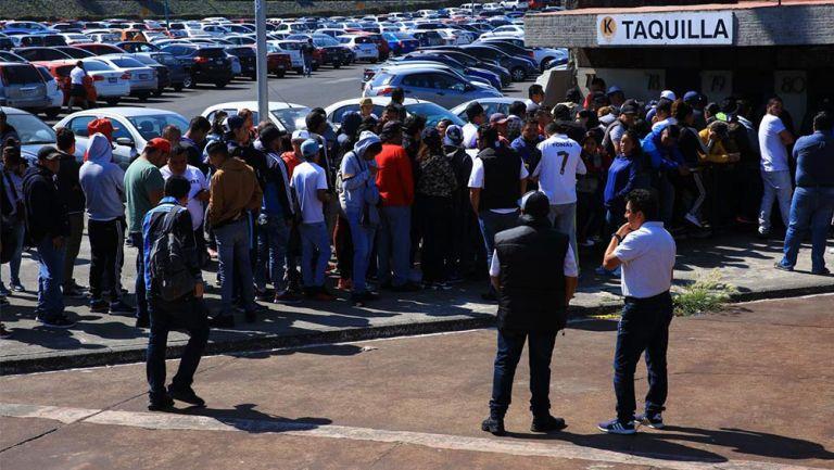 Fila para comprar boletos para el Pumas vs América