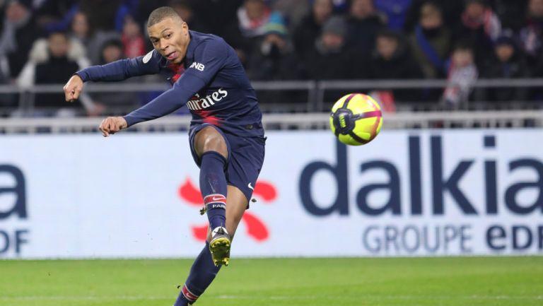 Mbappé saca un disparo en un juego con el PSG