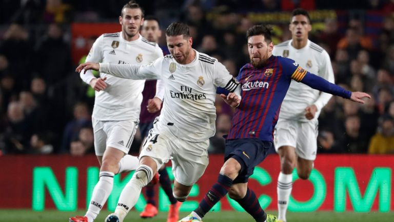 Ramos y Messi pelean el balón en un Clásico español