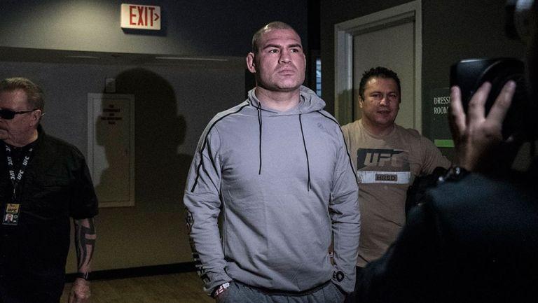 Caín Velásquez llega a la ceremonia de pesaje