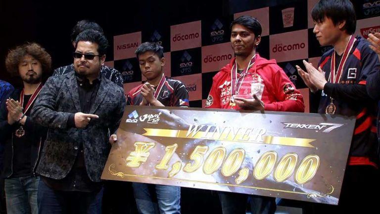 El productor de Tekken, Katsuhiro Harada, entrega el premio a Arslan Ash